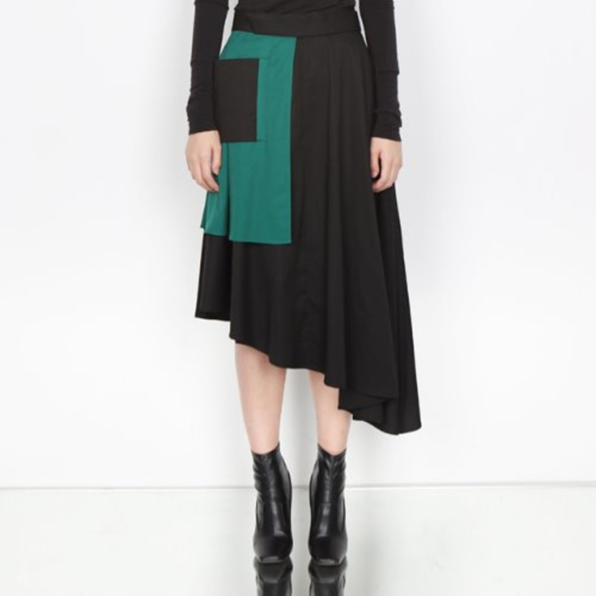 ASYMMETRY BLACK FLAIR SKIRT